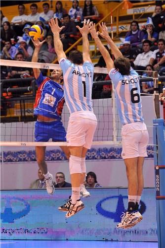 El serbioNikola Kovacevic intenta superar el bloqueo de Arroyo y Scholtis