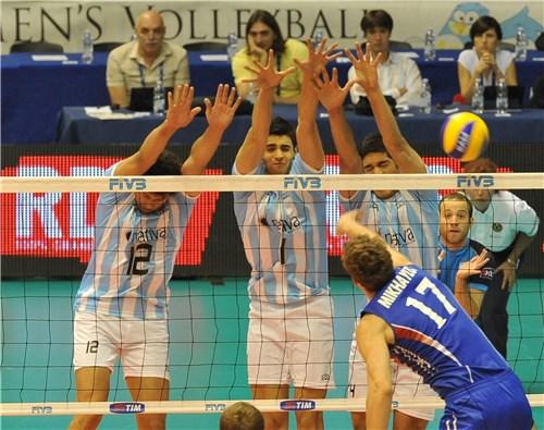 Mikhaylov supera el triple bloqueo argentino