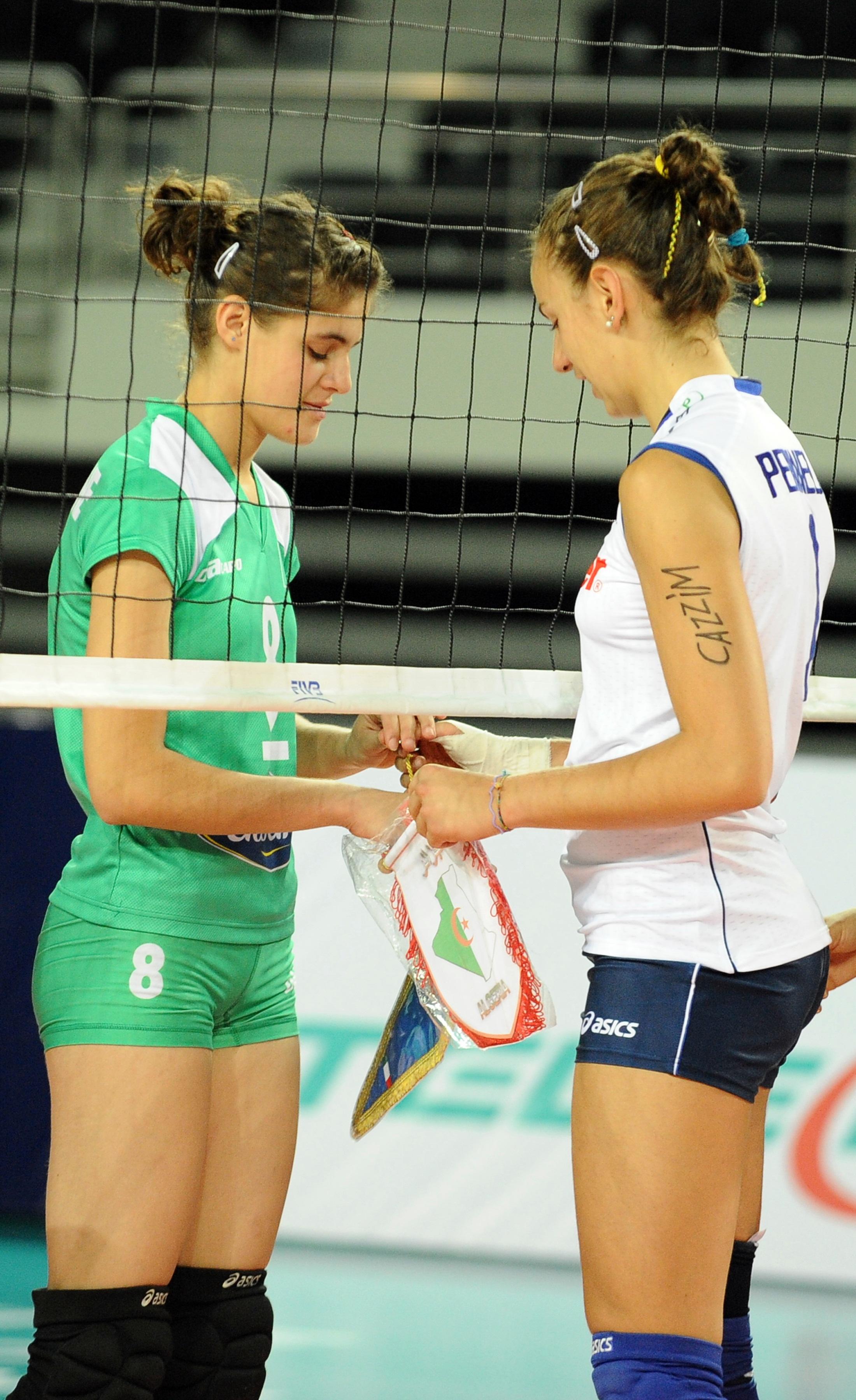 Avant le match, des capitaines d'équipe Celia Bourihane d'Algérie et d'Italie Elena Perinelli