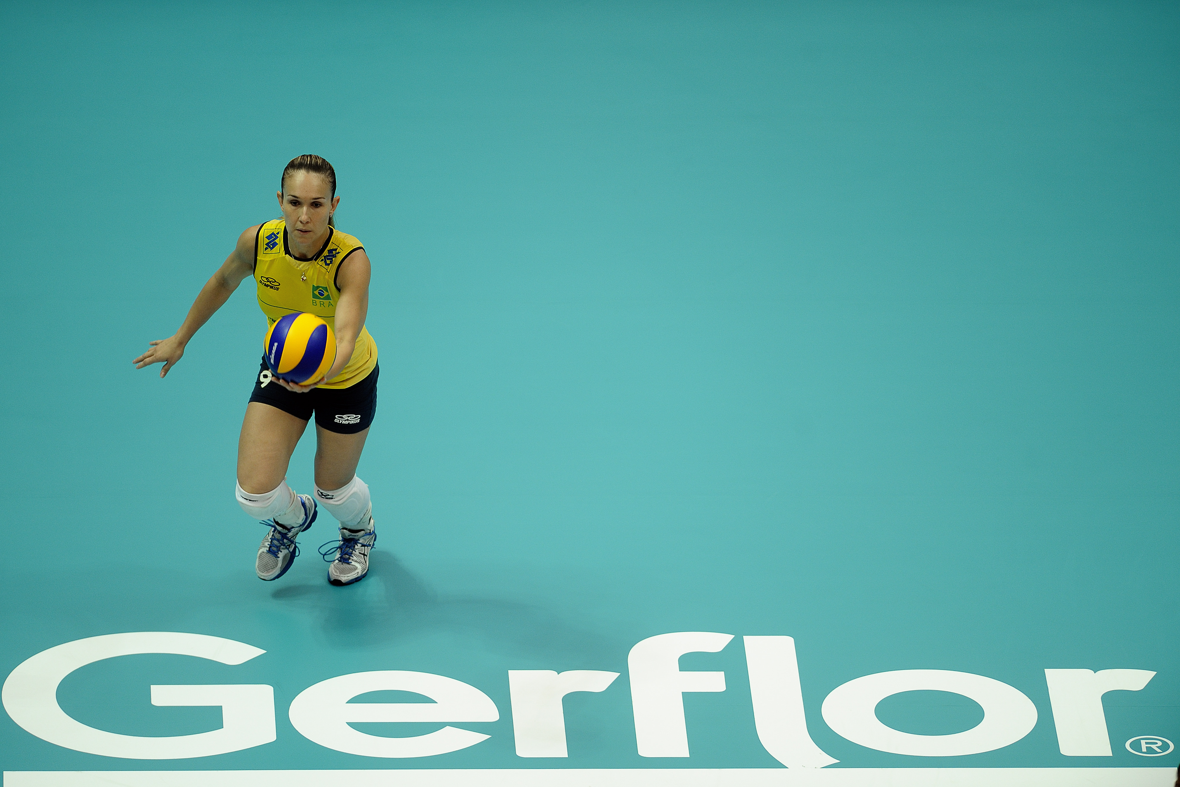Fernanda Ferreira serving by the Gerflor floorsticker
