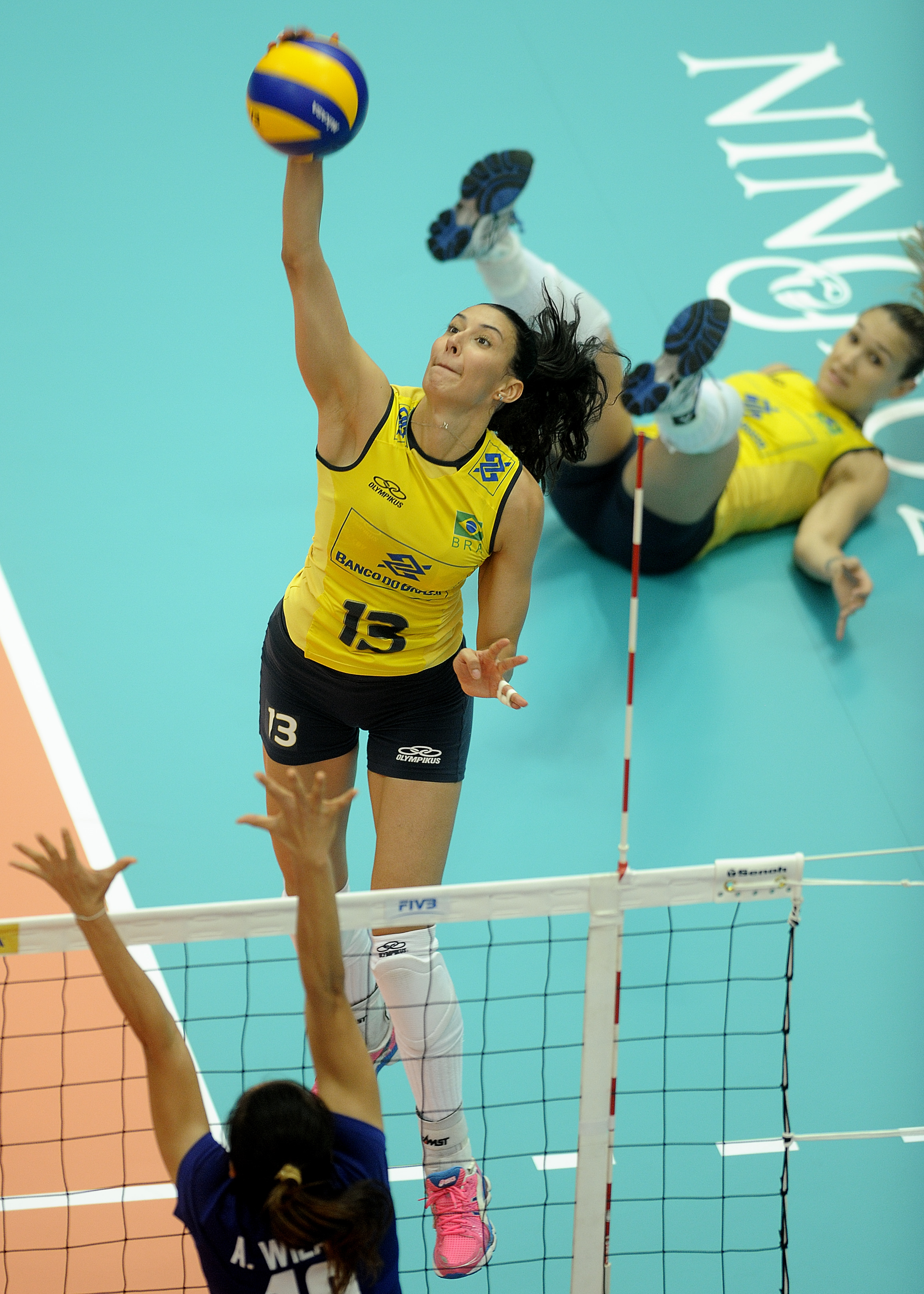 Wonderful safe from setter Fernanda Ferreira, Castro Sheilla spiking the Mikasa