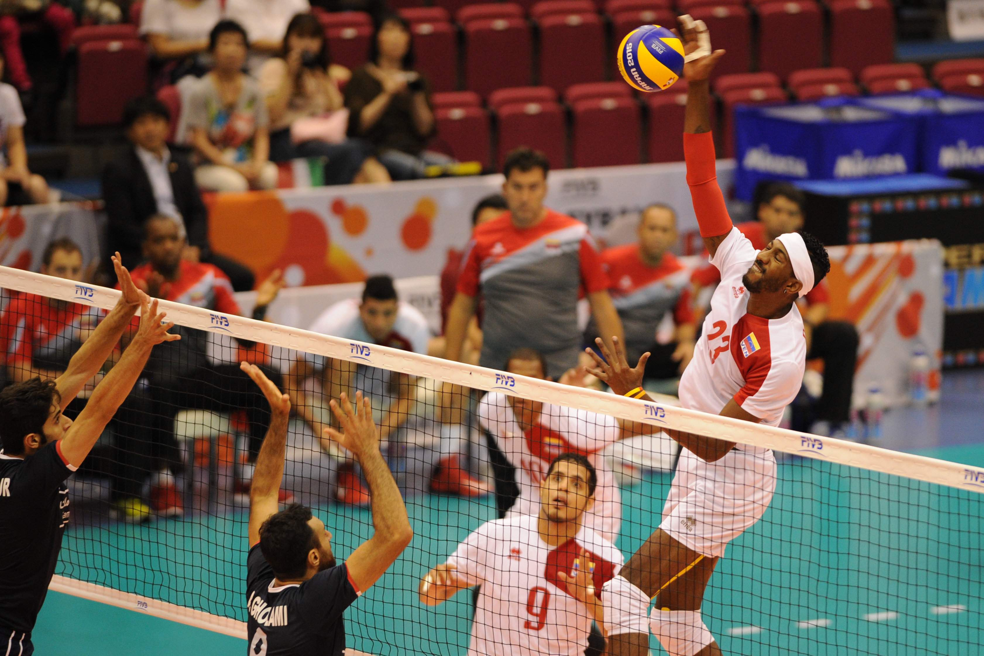 http://www.fivb.org/Vis2009/Images/GetImage.asmx?No=201516983&width=900&height=600&stretch=uniform
